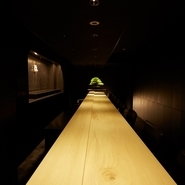 店内座席はカウンター10席のみ。禅の精神を表現したモダンジャパニーズの空間が、非日常の時間を演出。ゲストの手もとにスポットライトを当てるかのような照明が、自然と食事に集中させてくれます。