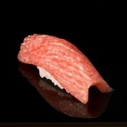 """""""魚が劇的においしくなる""""と評判の血抜き法「津本式」。丁寧に下処理を施し、熟成させた『マグロ』はそのおいしさに驚き、感動する逸品。お店でぜひ味わってみませんか。"""