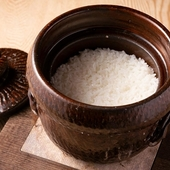 厳選米を名水で炊き上げる、本店名物『土鍋ごはん』