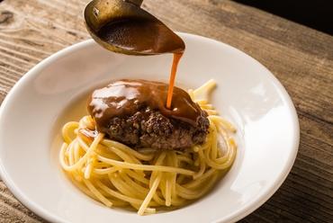 ゲストの目の前で仕上げる、お店の名物料理『炭トキドキ薪ミートソーススパゲティ』