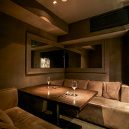 エントランス脇にはプライバシー万全の個室が5部屋。個室があるのは系列店の中でも【RODEO hanare】だけ。行き届いたサービスはカウンターと同様、プライベート空間でも受けられます。