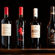 フランスやイタリア産のワインをメインに、コースのどの料理にも合わせられる幅広いラインナップを取り揃えます。最近では国産も多く仕入れ、単体でも楽しめるような一杯をご提案することも。