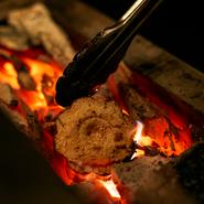 コンセプトは「炭トキドキ薪」。安定した熱量を持つ炭と仕上げに香りを纏わせる薪を操り素材の味を引き出します。焼き台前のカウンターは、シェフの華麗な焼き技が間近に見られる特等席です。