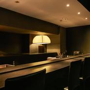照明をギリギリまで落とした雰囲気あるカウンター席は、デートにもぴったり。あえてBGMを流さず、ゲスト同士が会話と食事に集中できるように、ムード溢れる空間を演出しています。