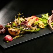 ヤーコンやいんげん、菜の花、金時ニンジンなど根菜を中心に季節の野菜を贅沢に使用。野菜の瑞々しさはそのままにサッと焼き上げイタリアンの定番、サルサ・ヴェルデのソースで味付けしました。