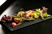 旬の国産有機野菜をふんだんに盛り込んだ、イタリアンな『焼き野菜サラダ』