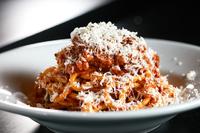 ゲストの目の前でハンバーグを崩し、ソースをかけて完成! 一番人気の『名物ロデオのミートスパゲティ』