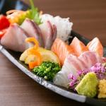 その日仕入れた鮮魚を3種類の盛合せで!内容は仕入れ状況により変わりますので、ご注文の際スタッフにお問合せ下さい!