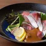 新鮮なかんぱちの刺身に特製のタレとすり胡麻をたっぷりかけて食べる福岡ならではの郷土料理です。