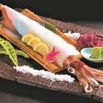 釣りたてを船の上で急速冷凍した「船凍烏賊」。旨味成分が高く鮮度も抜群です!残りは天麩羅or塩焼き(+300円)で余すとこなくおいしさを味わえます♪