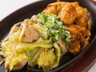 一皿で二度おいしい『鶏ミックス鉄板 ハーフ&ハーフ』
