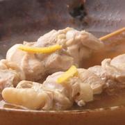 鶏モモ肉を昆布だしで煮込んだ『煮込み串』