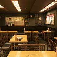 古き良き酒場を彷彿とさせる雰囲気の中で、四季折々のおつまみと旨いお酒をご堪能ください。店舗貸切は45名様~最大54名様まで承ります。テーブル席のレイアウト変更も可能。お気軽にお問い合わせください。