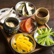 季節の新鮮5種類を酒盗オイルと、金山寺マヨネーズと一緒にご提供。 お好みでタレを絡めてお召し上がりください。
