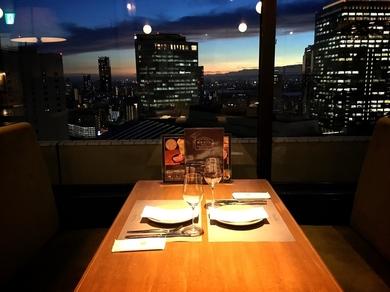 夜景を眺めながらワインを愉しむ