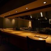 料理人の技を眼前に眺める特等席のカウンター