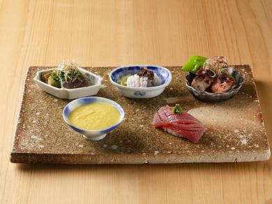 おまかせのスタートは、季節の食材を盛り合わせた、旬魚の握りも入るバラエティ豊かな『前菜』