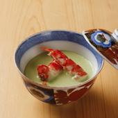 胃を温めるお椀。初夏のある日は伝統的な日本料理『枝豆と車海老の南禅寺蒸し』