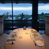 海を眺めながら食事ができる最高にロマンチックなテーブル席