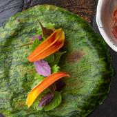 鮮やかなグリーンと花をまとった『飛魚 庭のサラダ 麦味噌 ポンカン』