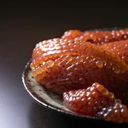 9月〜10月に旬を迎える、皮が固くなる前の北海道の筋子など、季節感を伝える食材を使用。料理を通して、四季の移ろいを表現する日本料理の醍醐味を体感できます。