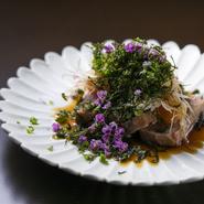 この日の『お造り』は塩釜の天然本マグロを藁で燻製にし、唐津の手摘み海苔、花穂紫蘇を添え、割り醤油と合わせたもの。藁の香ばしさと海苔の風味がマグロの旨みを引き立てます。