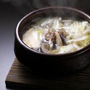 コースの終盤、ごはんの前に季節の小鍋が登場することも。この日は旬の松茸とたっぷりの白葱をすっぽんのだしと合わせ、秋の滋味深いおいしさを演出。
