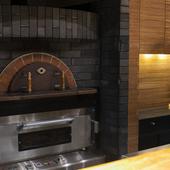 カウンター中央には、日本料理に似合わぬピザ窯が鎮座