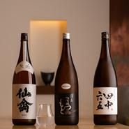 「飲食人は生産者と消費者を繋ぐのが使命」とする佐藤博之氏の考え方は日本酒についても健在で、自ら酒蔵に出向くなど造り手と活発に交流。澤屋まつもと、田中六五、仙禽といった人気銘柄にも出会えます。
