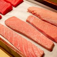 マグロは「やま幸」、小魚は「希海」「大力」「菊市」、甲殻類は「亀福」……。高い専門性を持った豊洲の仲卸と密なコミュニケーションによる信頼関係によって、つねに質のいい魚を確保しています。