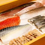 豊洲の仲買業者との付き合いは、義理人情の世界。ほぼ毎日顔を出して信頼関係を築き、いまは魚が少ないときでも良質な魚を卸してもらえるまでに。ネタごと、専門性の高い業者から最上級の食材を仕入れています。