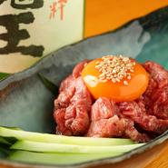 肉本来の旨みと食感が楽しめるよう、太めにカットした飛騨牛の赤身肉を使用。さっと炙ってタレと卵黄に絡めていただく定番人気の一品です。脂の甘みを味わいたい人には飛騨牛の霜降り肉を使ったユッケも用意。