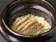 小鮎など、季節の魚介類を入れた炊き込みごはん。銘柄米「ヒノヒカリ」を雲井窯の中川一辺倒作の土鍋で炊き上げてくれます。米本来の旨みが際立つのは、炊き立てならではです。 ※余ったごはんは持ち帰り可能