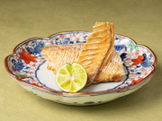 鱗が食べられる数少ない魚「ぐじ」を使い、松ぼっくりに見立てた繊細な一皿です。パリパリとした鱗の食感とはうらはらに、身はふっくらとして旨みが凝縮されています。酢橘をかけてさっぱりとどうぞ。