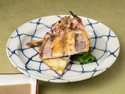 鮎を開いて塩をし、干して次の日に焼いて提供される「風干し」。8月頃に子をお腹に蓄える鮎は、身の味が卵に持っていかれるので、塩焼きで食べずに風干しして食べるのがオススメです。