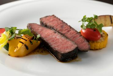 厳選仕入れの肉の旨みが最大限に味わえる『国産黒毛和牛もも肉のグリル』