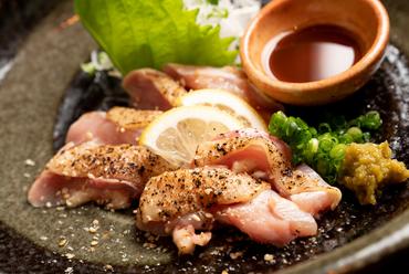 もっちり弾力のある朝引き地鶏を自家製ポン酢であっさり味わう『淡路鶏もものたたき』