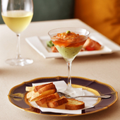 『小海老のカクテル』は蕎麦のかえしをベースにした和風ジュレが意外性を持たせた独創的な一品