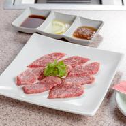 カルビは韓国語であばらを意味し、肩バラやトモバラなど部位はさまざま。しかし、牛肉の脂の甘味を感じる柔らかいお肉です。こちらの店では上質な黒毛和牛の中から、特に柔らかい部分を厳選して提供しています。