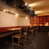 テーブル席の間には、飛沫防止用のパーテーションを設置