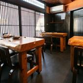 テーブルの天板は分厚く、重厚な雰囲気