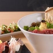 滋賀県産の野菜をふんだんに使った、ランチセット。 サラダ、肉寿司、近江牛そばのセットになります。 近江牛そばにはレモンとトリュフを乗せており、高級感ある仕上がりです。