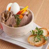 柔らかな食感と茶の葉の風味を楽しむ。お店の名物『牛タン煮』