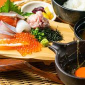 その日の魚介類をゲストが自分で自由に盛り付けて楽しむ『ごまだし醬油の海鮮丼』(ランチ)