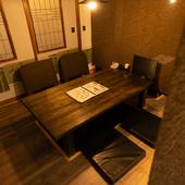 隣のテーブルとの間に仕切りがあるので、半個室のようにも使える