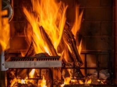 薪グリルでダイナミックに焼き上げる本格的な薪火料理