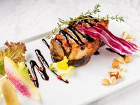 厳選した国産豚を野菜に漬け込み、じっくり煮込んだ逸品。仕上げにはちみつでキャラメリゼすることにより、表面はパリッと香ばしく、中はとろけるようにやわらか。ほんのり甘いバルサミコソースでいただきます。