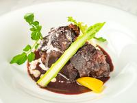 深い味わいとやわらかな食感が自慢『牛頬肉の赤ワイン煮込み』