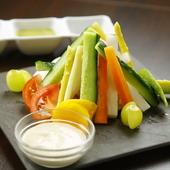 旬の野菜やフルーツを堪能。目でも舌でも楽しめる『虹のバーニャカウダ』