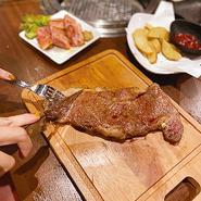 ステーキ含む40品が食べ放題! お肉のプロが厳選した赤身肉を食べ放題で心行くまでご堪能ください。